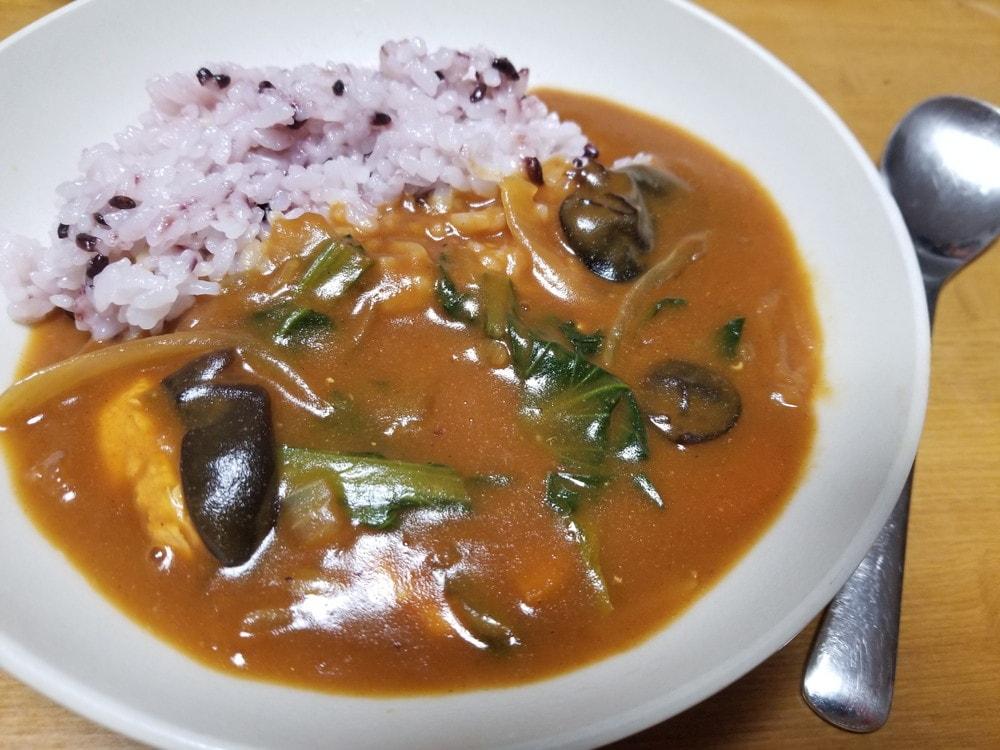 きくらげレシピ|鉄分たっぷり!きくらげと小松菜のカレー