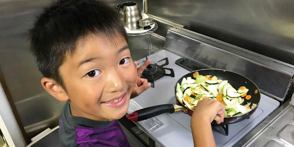 キクラゲを料理する子ども