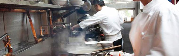 ドンシューの厨房で料理をしている写真