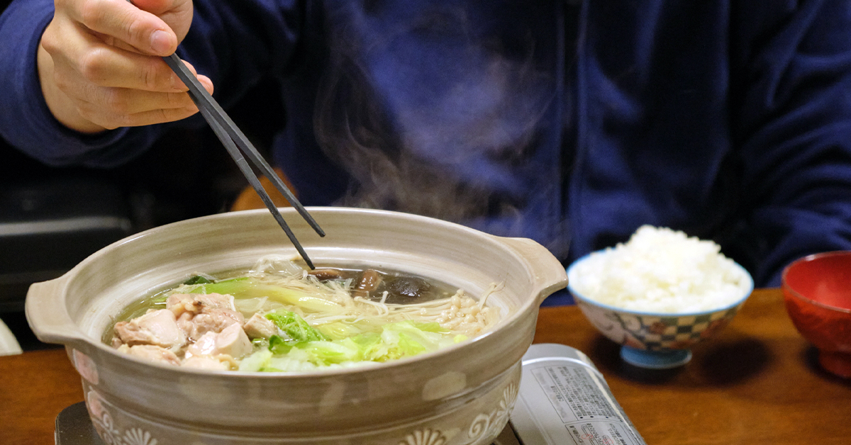 あったか鍋を食べる男性の食事風景