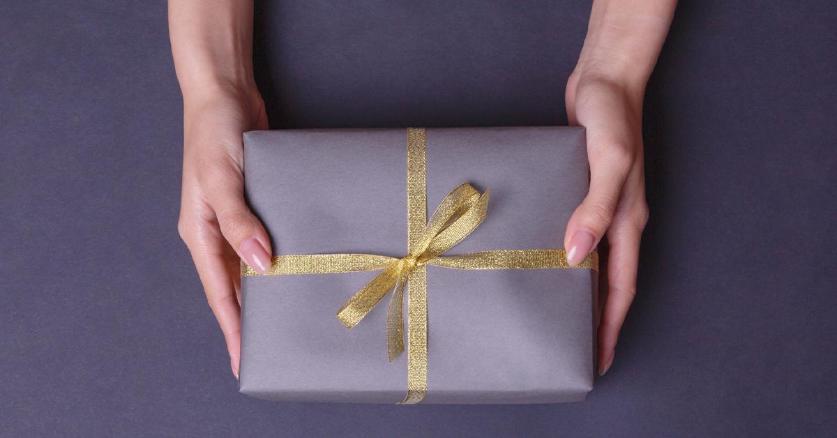 春の新生活応援ギフト 金色の紐で結ばれた紺のプレゼントボックスと
